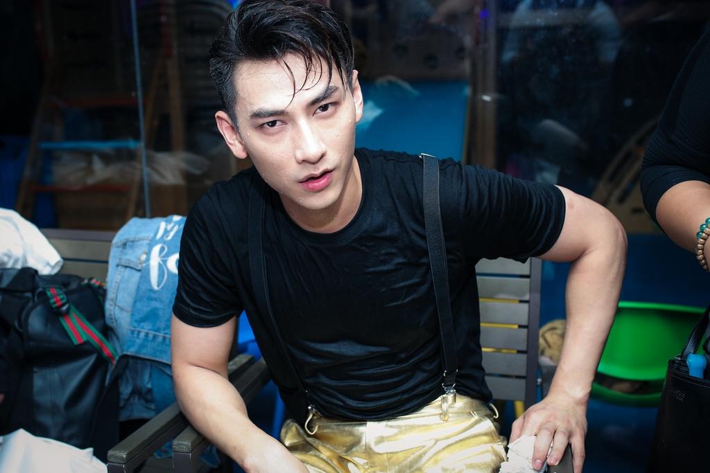 Dong Nhi, Isaac quay tung bung o san khau nuoc hinh anh 5
