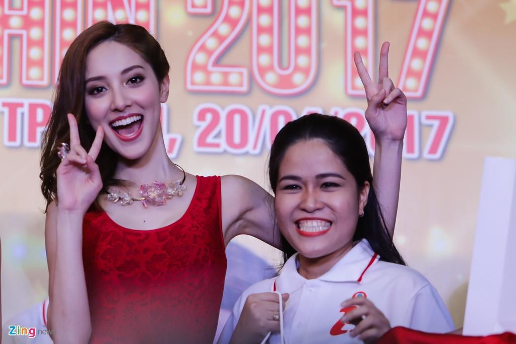 Hoa hau Hong Kong va sao TVB than thien voi fan Viet hinh anh 4