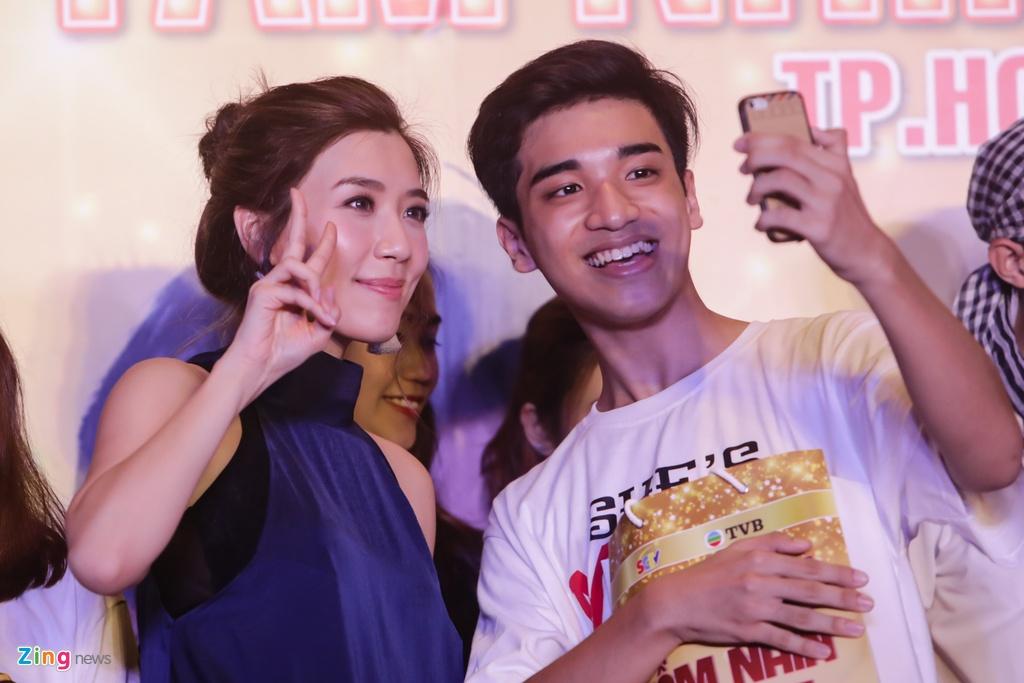 Hoa hau Hong Kong va sao TVB than thien voi fan Viet hinh anh 9