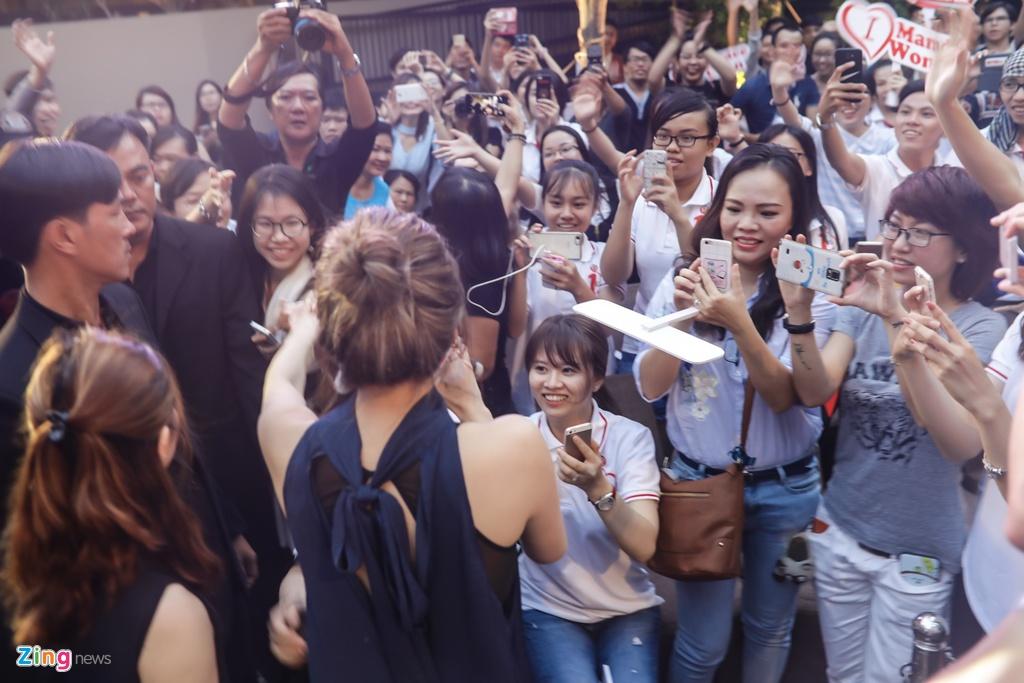 Hoa hau Hong Kong va sao TVB than thien voi fan Viet hinh anh 10