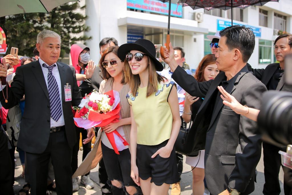 Hoa hau Hong Kong duoc dan ve si ho tong o san bay Tan Son Nhat hinh anh 6