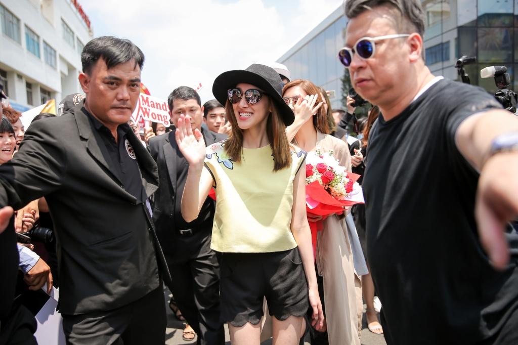 Hoa hau Hong Kong duoc dan ve si ho tong o san bay Tan Son Nhat hinh anh 8