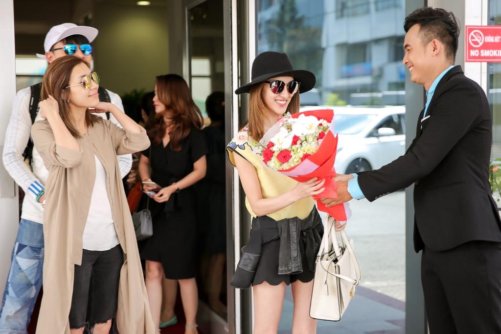 Hoa hau Hong Kong duoc dan ve si ho tong o san bay Tan Son Nhat hinh anh 2