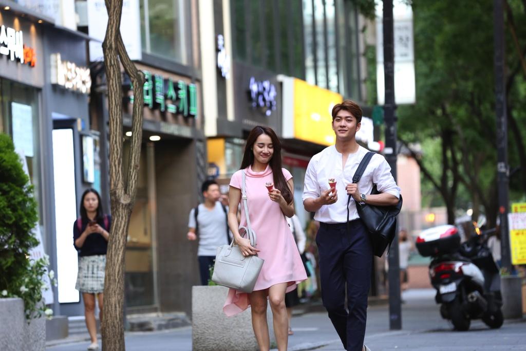 Nha Phuong hon Kang Tae Oh trong 'Tuoi thanh xuan 2' hinh anh 1