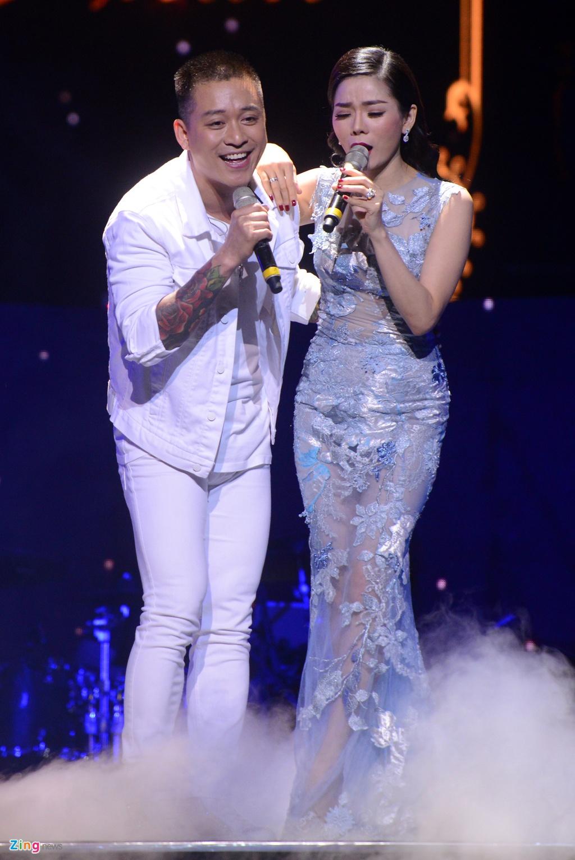 Tuan Hung khong dam mac ao phong, quan jeans ben Le Quyen hinh anh 4