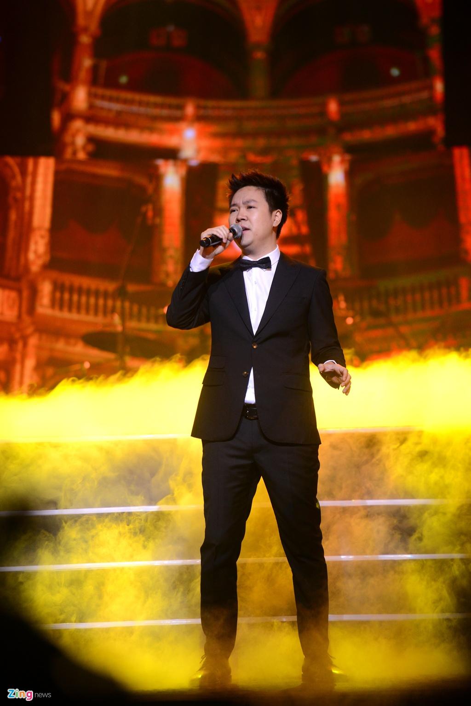 Tuan Hung khong dam mac ao phong, quan jeans ben Le Quyen hinh anh 11