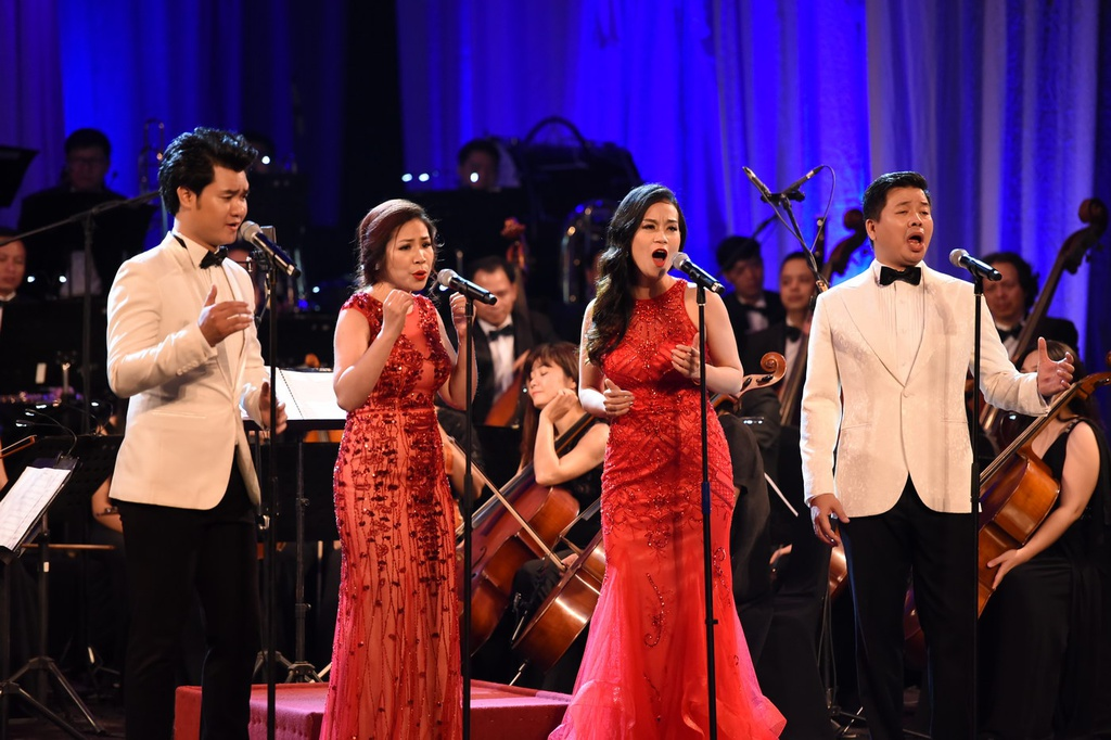 Dang Duong roi nuoc mat om thay Quang Tho trong live concert dau tien hinh anh 9