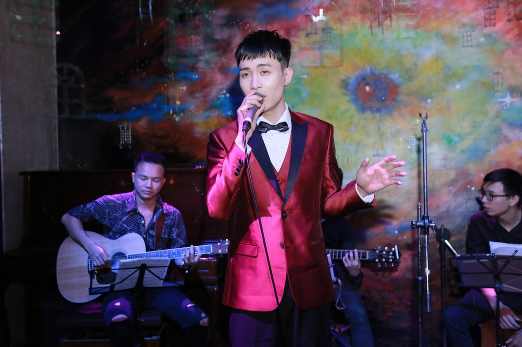 Pham Anh Duy, ca si tung khien 4 HLV The Voice 'xich mich' gio ra sao? hinh anh 3