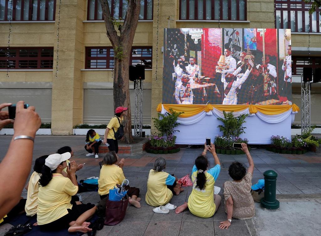 Nguoi Thai vuot hang tram km trong dem du le dang quang cua vua moi hinh anh 8