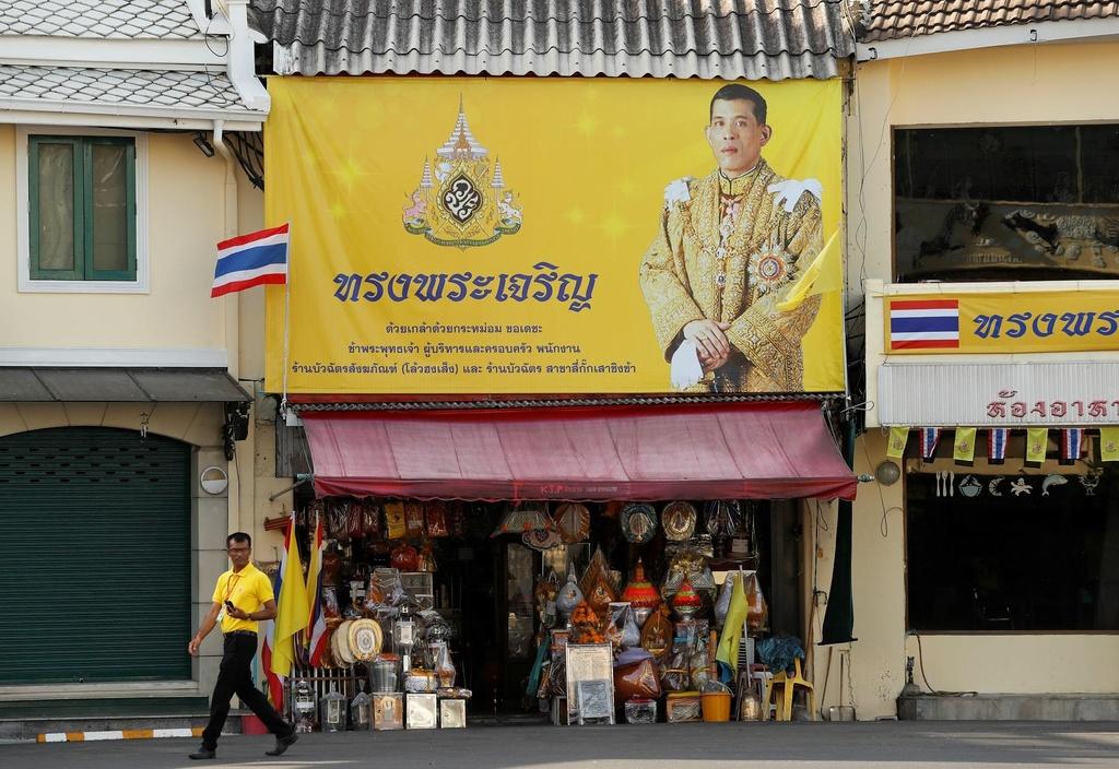Nguoi Thai vuot hang tram km trong dem du le dang quang cua vua moi hinh anh 2