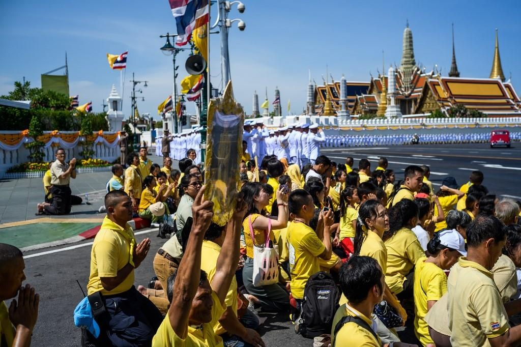Nguoi Thai vuot hang tram km trong dem du le dang quang cua vua moi hinh anh 6