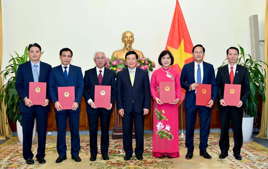 Pho thu tuong Pham Binh Minh trao quyet dinh bo nhiem 6 Dai su hinh anh 1