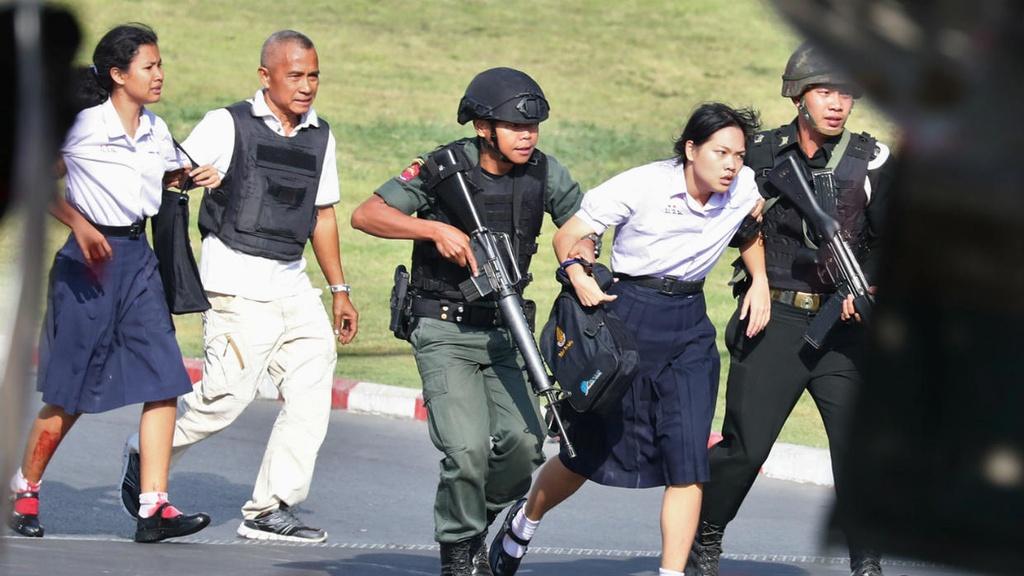 Tay sung 'dien' Thai Lan bi ban chet, canh sat giai cuu 8 con tin hinh anh 1 THAILAND_SHOOTING.jpeg
