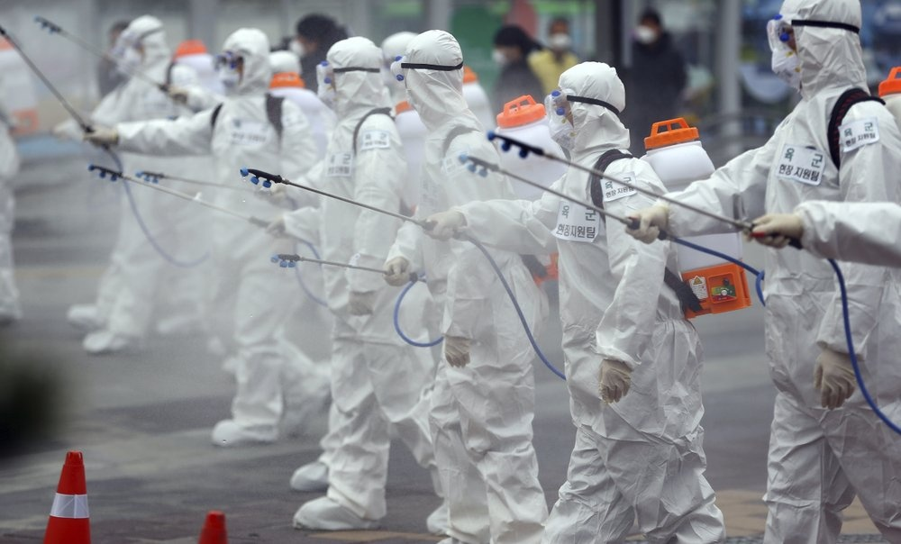 Covid-19 lan nhu song than, phat hien virus tien hoa thanh 2 chung hinh anh 6 Army_soldiers_wearing_protective_suits_spray_disinfectant_to_prevent_the_spread_of_the_new_coronavirus_at_the_Dongdaegu_train_station_in_Daegu_29_2020_ap.jpeg