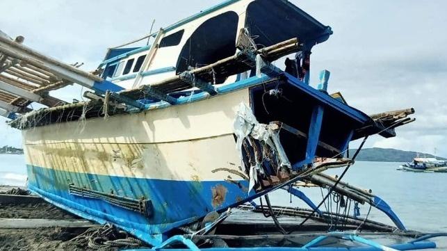 Tàu cá Philippines bị tàu Trung Quốc đâm chìm trên Biển Đông. Ảnh: Philstar.