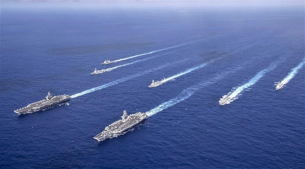 Hai tàu sân bay USS Nitmitz và USS Theodore Rooservel trên vùng biển ngoài khơi Philippines hồi tháng 6. Ảnh: AFP.