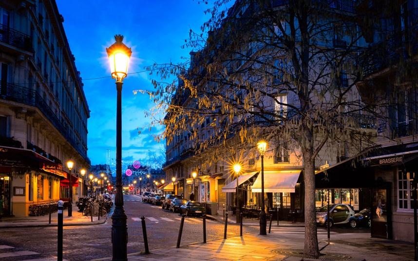 Top 10 thanh pho dep nhat the gioi hinh anh 3 Paris, Pháp: Những ổ khóa tình yêu đang phá hủy các cây cầu ở Paris, tình trạng xếp hàng dài dặc quanh tháp Eiffel khiến nhiều người khó chịu. Nhưng không vì vậy mà có thể phủ nhận được vẻ đẹp của kinh đô ánh sáng này. Paris đẹp từ những chiếc lá uốn cong mình ngả từ xanh sang vàng khi trời chuyển mùa, từ những chiếc ghế duyên dáng ở các ga tàu điện ngầm hay đại lộ Haussmann đến những khu chợ đường phố mở mỗi tuần.