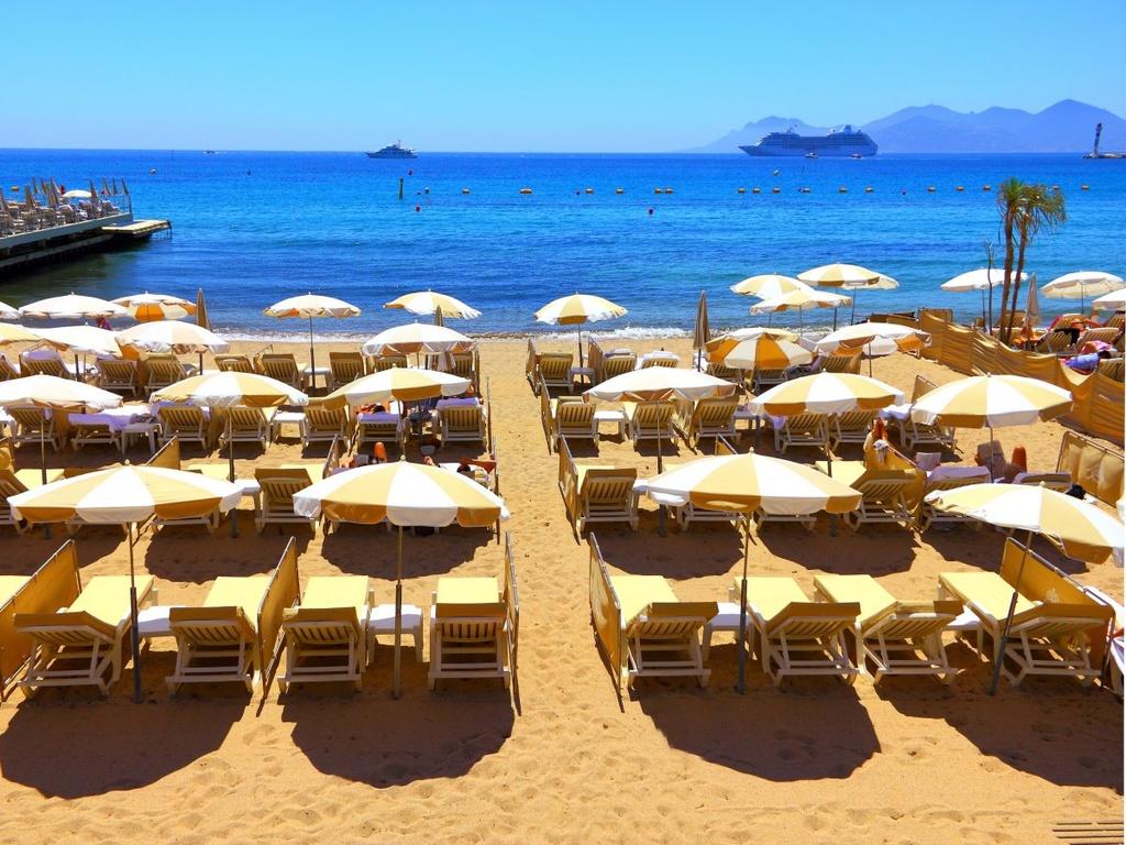 Nhung dieu dang tiec neu bo qua khi den Phap hinh anh 10 Tắm nắng tại bãi biển thơ mộng ở Cannes.