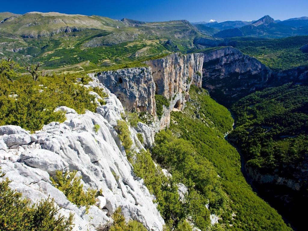 Nhung dieu dang tiec neu bo qua khi den Phap hinh anh 15 Leo núi ở Verdon Gorge, được mệnh danh là Grand Canyon của Pháp.