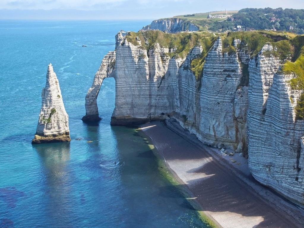 Nhung dieu dang tiec neu bo qua khi den Phap hinh anh 16 Chiêm ngưỡng ghềnh đá trắng Étretat ở Normandy.