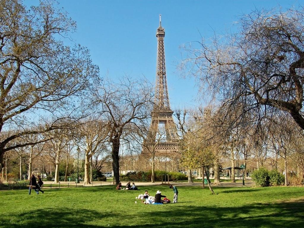 Nhung dieu dang tiec neu bo qua khi den Phap hinh anh 8 Kiếm một vài chiếc baguette mới nướng, một ít phô mai và chai rượu vang và đi picnic dưới chân tháp Eiffel ở Champ de Mars.