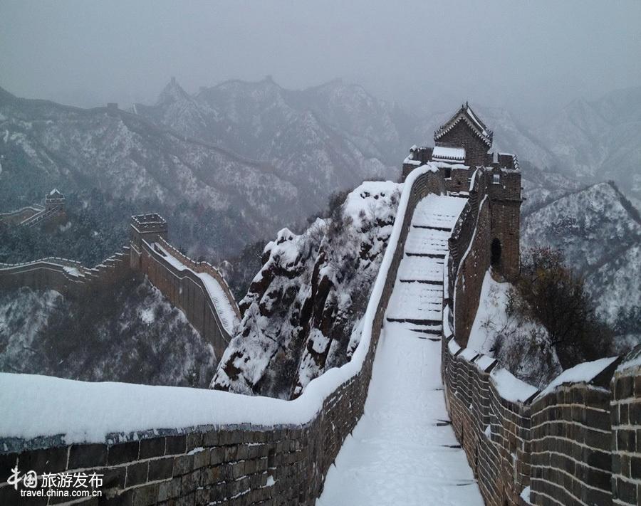 Van Ly Truong Thanh hung vi trong tuyet trang hinh anh 2 Và chắc chắn rằng, hình ảnh Vạn Lý Trường Thành sừng sững và hùng vĩ giữa trời tuyết sẽ mang tới cho du khách những ấn tượng khó phai. Ảnh: Zhongguo Wang