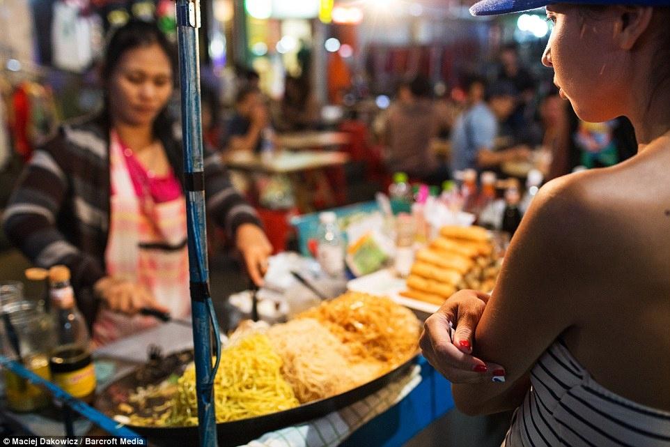 Cuoc song soi dong ve dem o pho Tay Bangkok hinh anh 10 Các món ăn đường phố đặc trưng ở Bangkok như mì, nem cuốn, cà ri phục vụ thực khách về đêm.