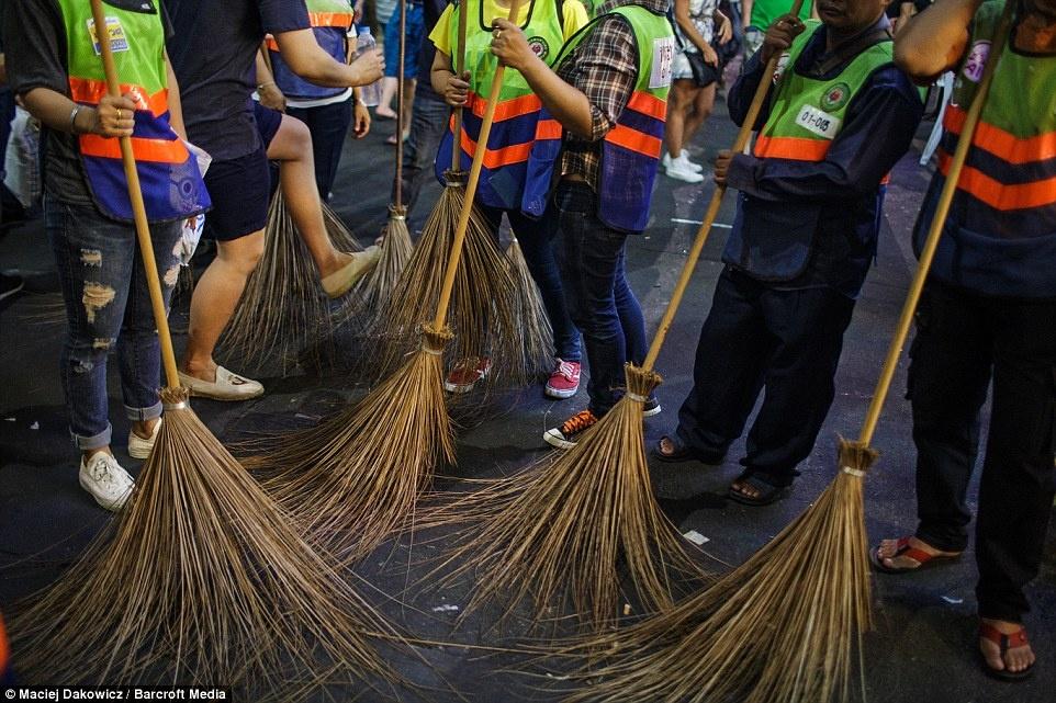 Cuoc song soi dong ve dem o pho Tay Bangkok hinh anh 13 Những người tình nguyện đi quét đường sau mỗi đêm, khi đó đường phố tràn ngập vỏ chai bia và rác rưởi.