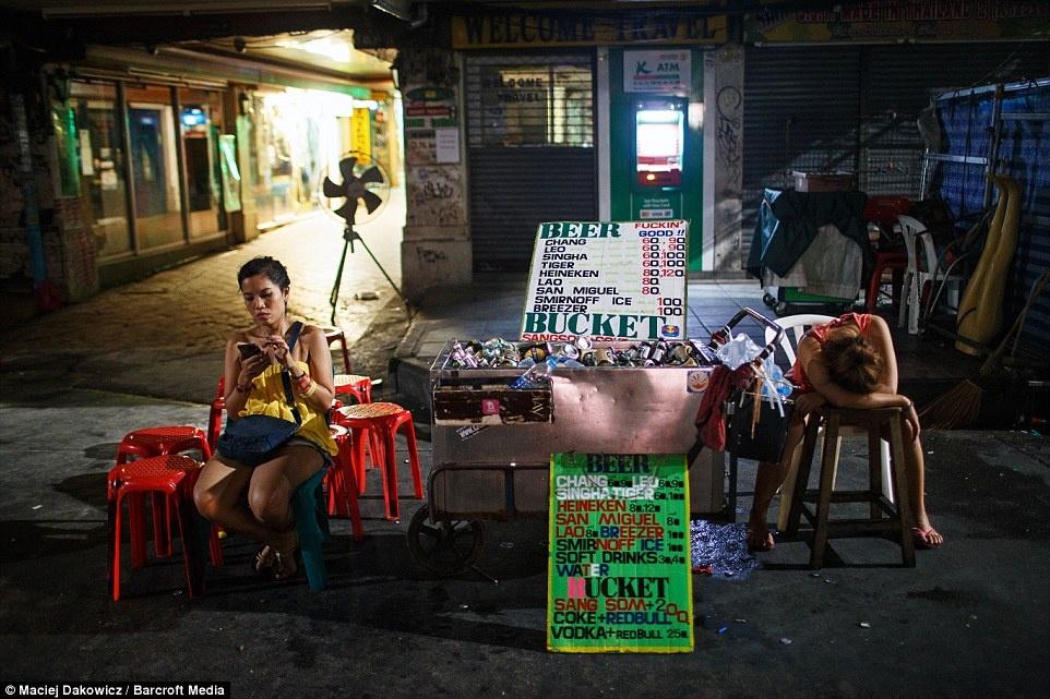 Cuoc song soi dong ve dem o pho Tay Bangkok hinh anh 15 Quầy bán đồ uống ngay bên đường.