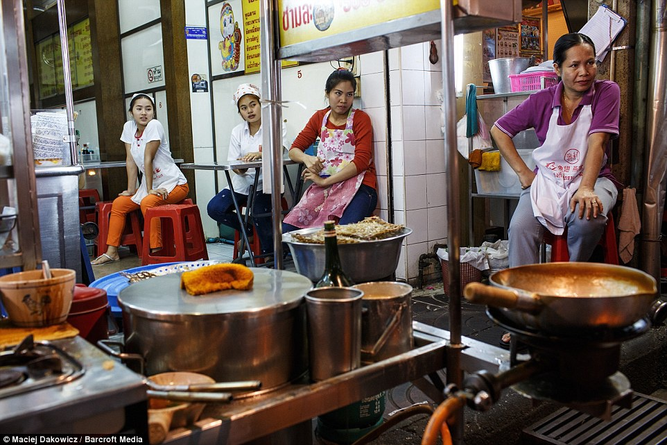 Cuoc song soi dong ve dem o pho Tay Bangkok hinh anh 16 Nhân viên nhà hàng chuẩn bị phục vụ thực khách ăn đêm.