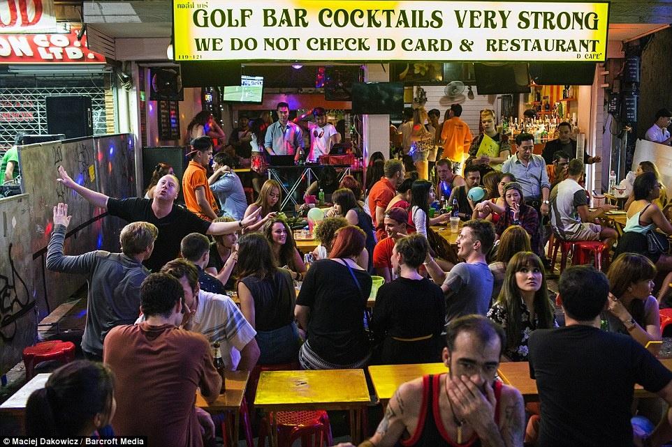 Cuoc song soi dong ve dem o pho Tay Bangkok hinh anh 17 Không khí nhộn nhịp tại một quán bar.