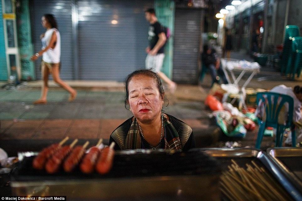 Cuoc song soi dong ve dem o pho Tay Bangkok hinh anh 18 Người bán hàng ăn đêm tranh thủ chợp mắt.