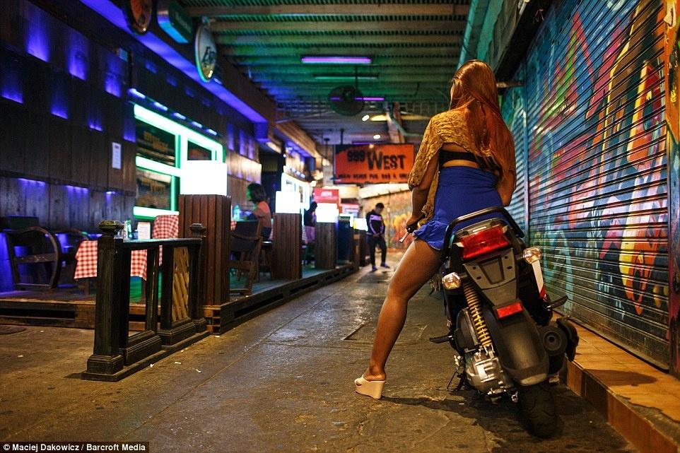 Cuoc song soi dong ve dem o pho Tay Bangkok hinh anh 19 Một cô gái trong trang phục thiếu vải chuẩn bị gạt chân chống xe máy để lên đường.