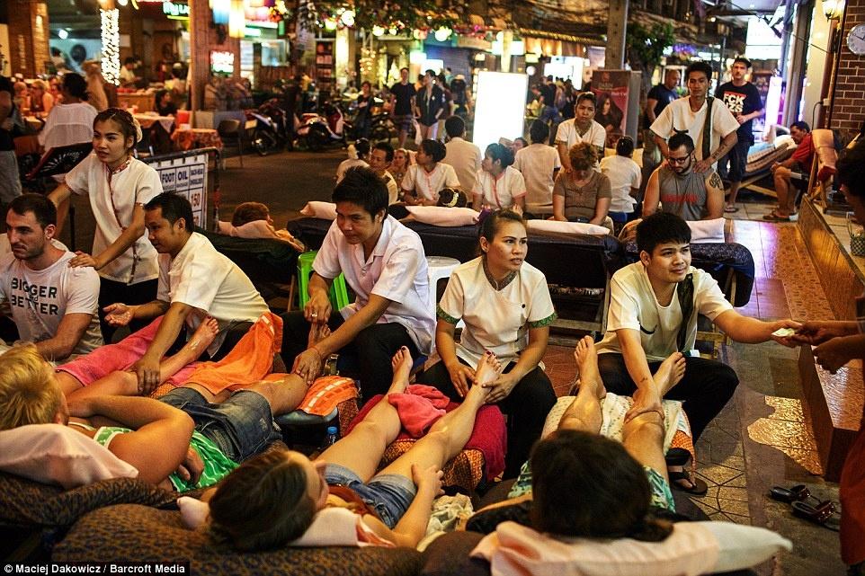 Cuoc song soi dong ve dem o pho Tay Bangkok hinh anh 1 Du khách thư giãn với dịch vụ massage chân bên đường phố.