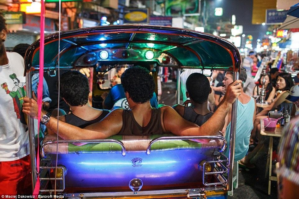 Cuoc song soi dong ve dem o pho Tay Bangkok hinh anh 5 Du khách thích thú dạo phố trên những chiếc xe tuk tuk.