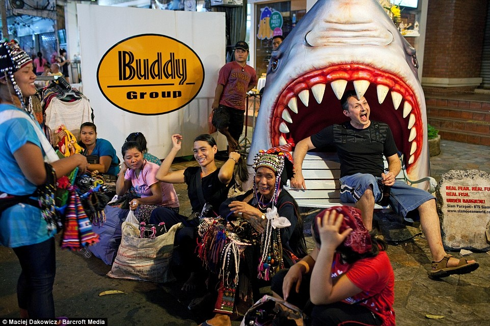 Cuoc song soi dong ve dem o pho Tay Bangkok hinh anh 6 Một du khách tạo dáng chụp ảnh gần những người bán hàng rong.