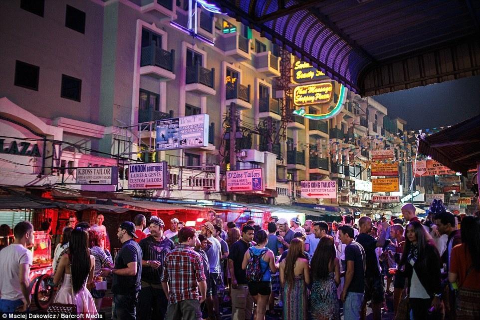 Cuoc song soi dong ve dem o pho Tay Bangkok hinh anh 7 Bangkok được coi là thiên đường của tây balo.