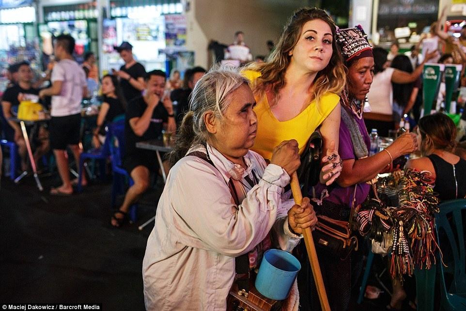 Cuoc song soi dong ve dem o pho Tay Bangkok hinh anh 8 Cuộc sống về đêm tại Bangkok có sự hiện diện của mọi lứa tuổi.
