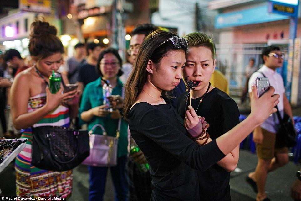 Cuoc song soi dong ve dem o pho Tay Bangkok hinh anh 21 Một cặp chụp ảnh với món bọ cạp. Đây được đánh giá là món ăn đáng sợ với nhiều người.