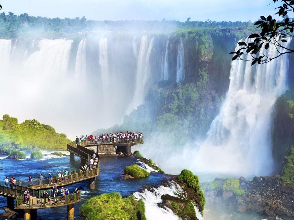 10 dia danh duoc nhieu du khach mo uoc nhat hinh anh 10 10. Foz do Iguacu, Brazil: Dòng thác hùng vĩ này gồm hơn 200 ngọn thác đơn, có thể ngắm cảnh bằng trực thăng, đi bộ hoặc bè.