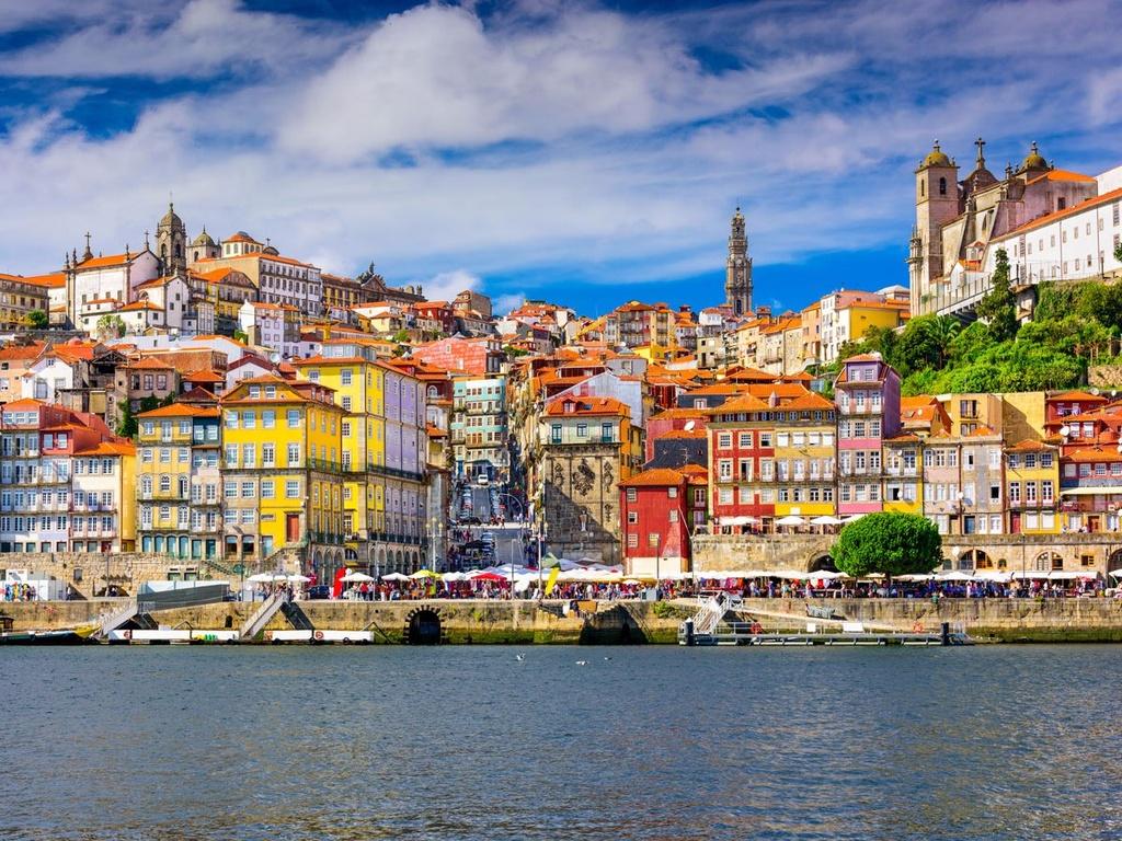 10 dia danh duoc nhieu du khach mo uoc nhat hinh anh 3 3. Porto, Bồ Đào Nha: Khung cảnh nơi đây hiện ra như trong mơ, với kiến trúc đầy màu sắc, những tàn tích thời trung cổ, những nhà thờ và tháp chuông tuyệt đẹp. Từng là một cảng biển vận chuyển rượu, Porto có rất nhiều hầm rượu, các ngôi nhà ven sông và nhiều tụ điểm âm nhạc.