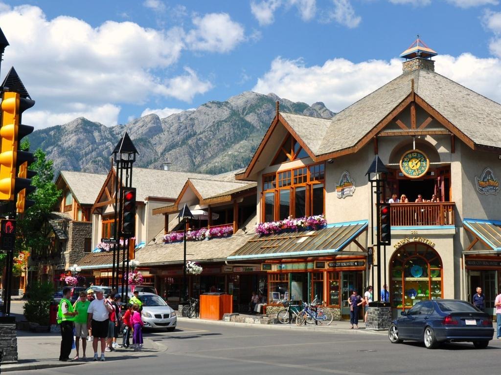 10 dia danh duoc nhieu du khach mo uoc nhat hinh anh 7 8. Banff, Alberta: Nằm trong công viên quốc gia Banff ở Canada, Banff có khung cảnh tuyệt vời, những khu nhà nghỉ sang trọng và các khu trượt tuyết. Nơi đây còn có rất nhiều nhà hàng, cửa hiệu phục vụ du khách.