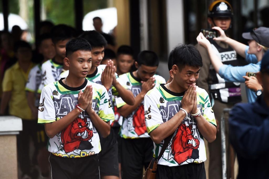 Cac cau thu nhi Thai binh phuc than ky, khoe khoan tren san bong hinh anh 1