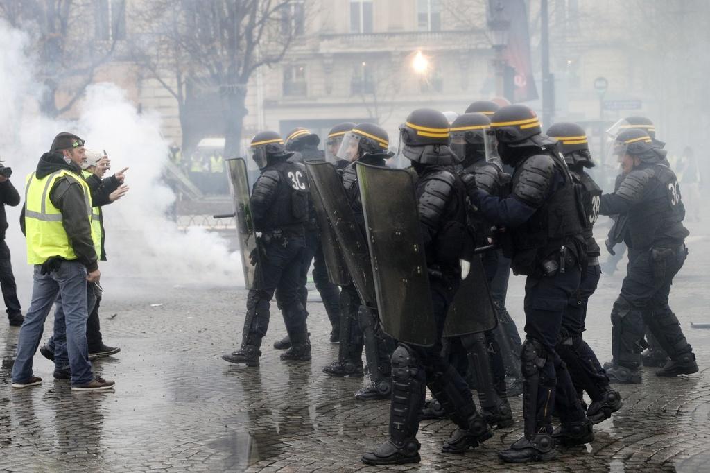 Cảnh sát Paris dùng vòi rồng, lựu đạn cay trấn áp người biểu tình