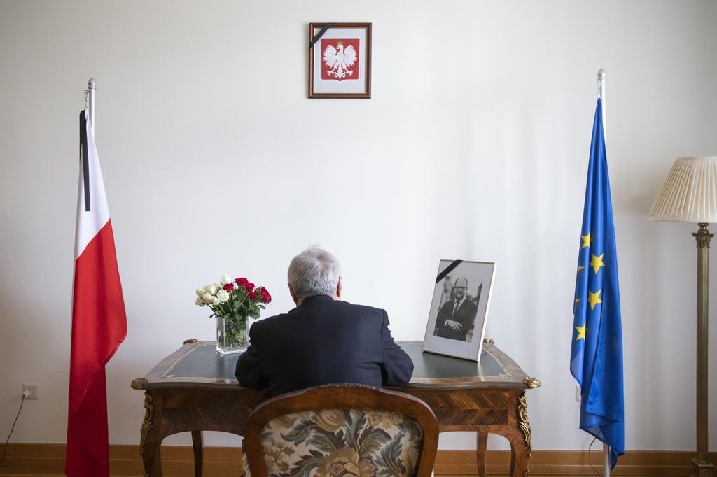 Lanh dao EU va hang nghin nguoi dua tien thi truong Ba Lan bi am sat hinh anh 7