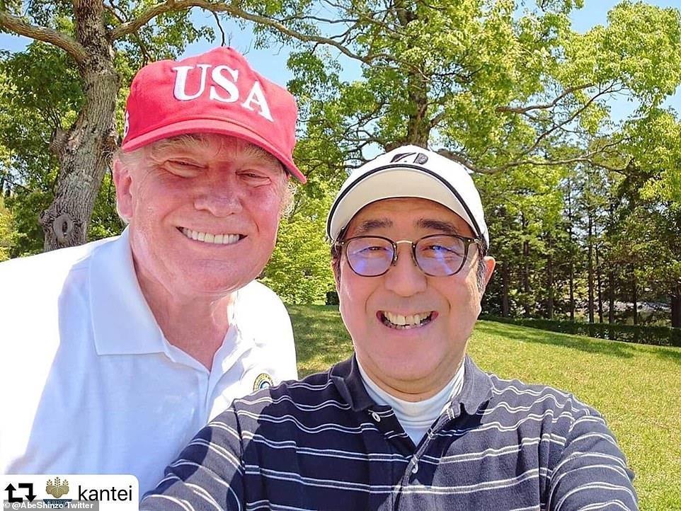 TT Trump va ong Abe 'selfie' tren san golf giua cang thang thuong mai hinh anh 7