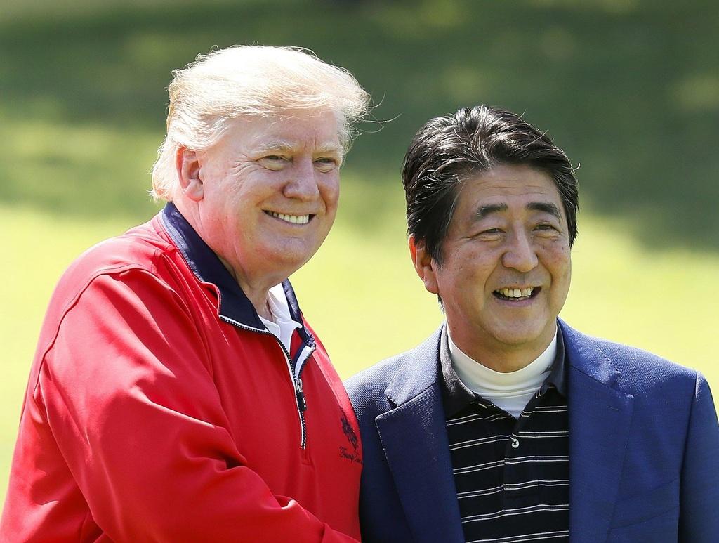 TT Trump va ong Abe 'selfie' tren san golf giua cang thang thuong mai hinh anh 10