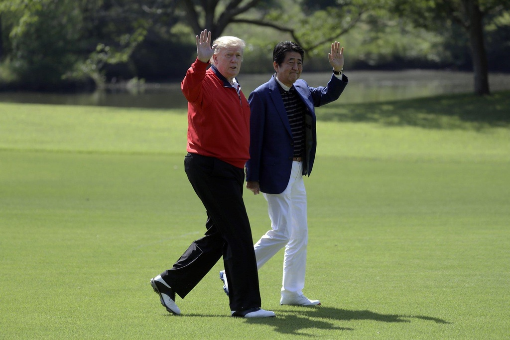 TT Trump va ong Abe 'selfie' tren san golf giua cang thang thuong mai hinh anh 2