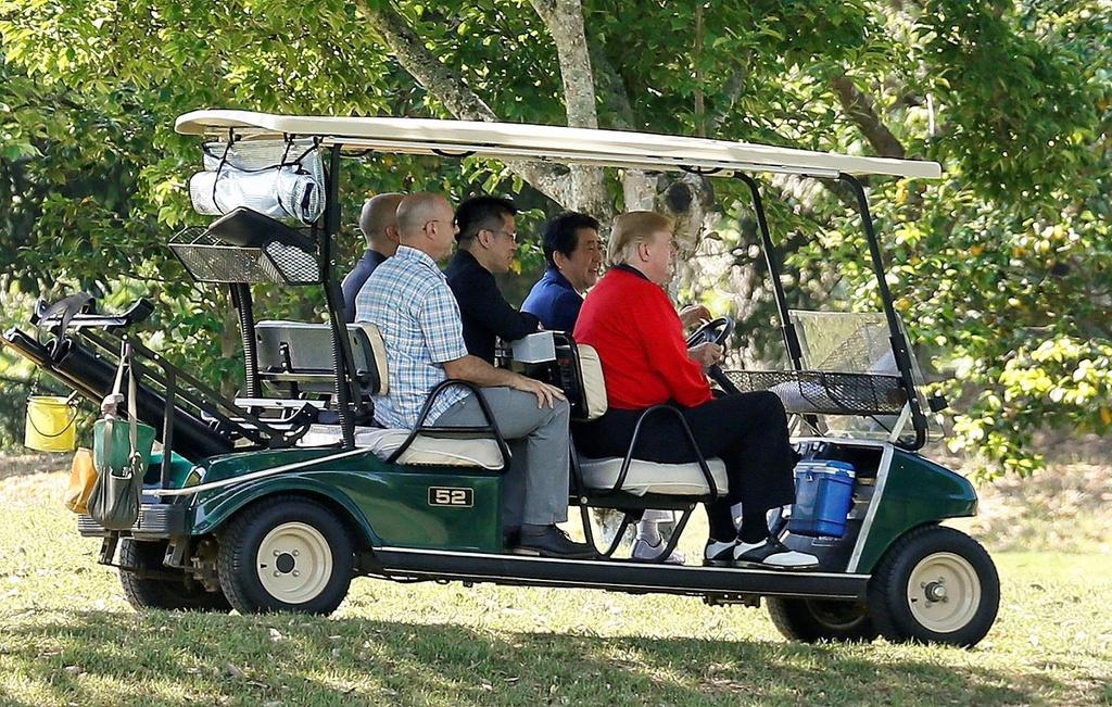 TT Trump va ong Abe 'selfie' tren san golf giua cang thang thuong mai hinh anh 4
