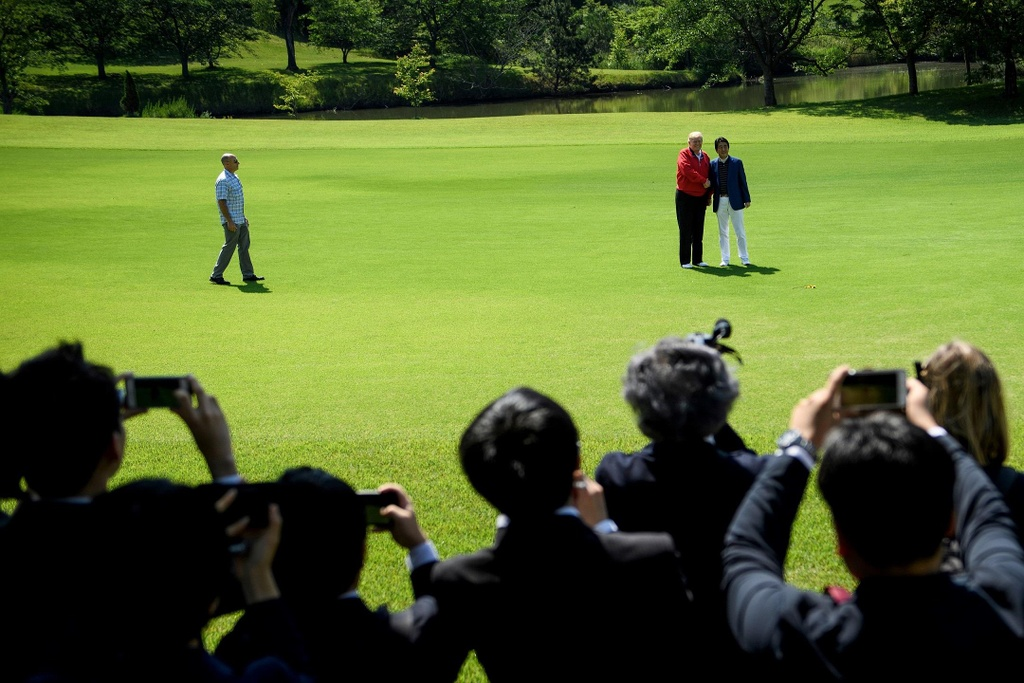 TT Trump va ong Abe 'selfie' tren san golf giua cang thang thuong mai hinh anh 6